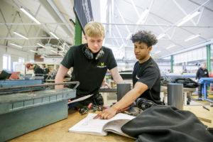 Två av eleverna på PVF Teknikcentrum